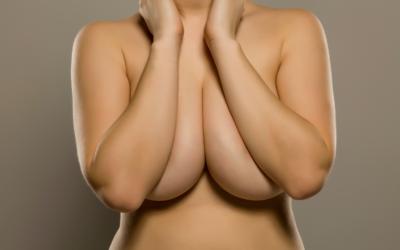 Mεγάλοι μαστοί και πόνος στην πλάτη